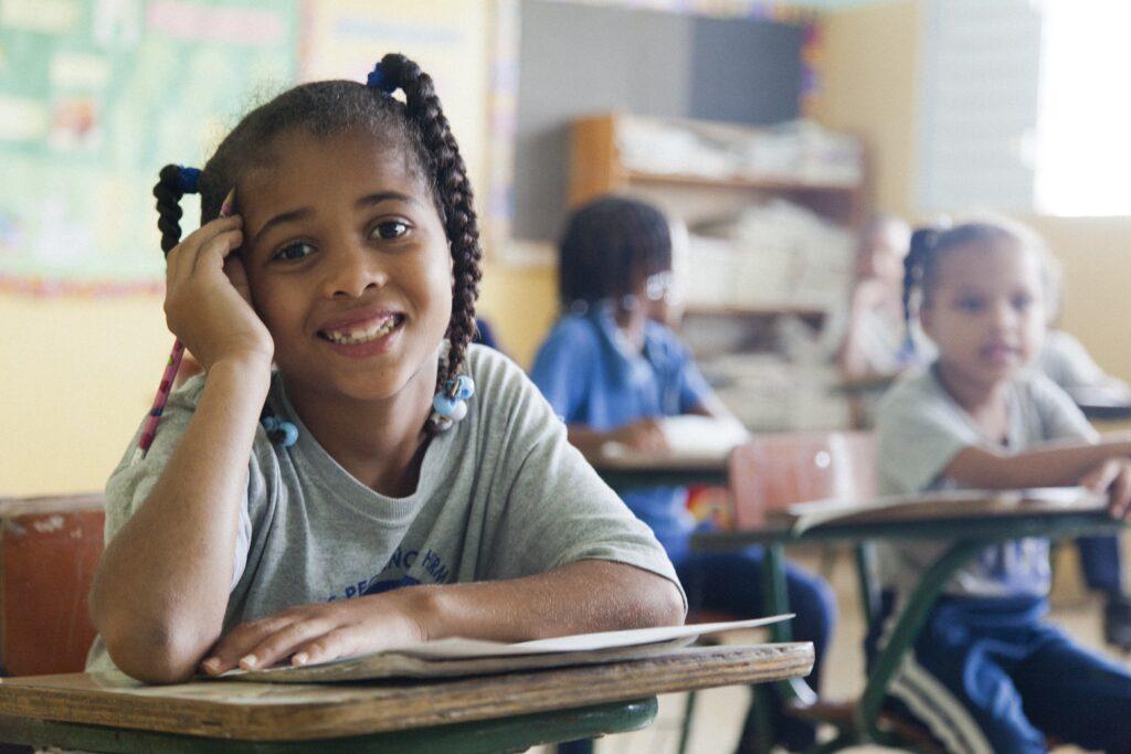 Ein Mädchen sitzt aufmerksam in der Schulstunde.