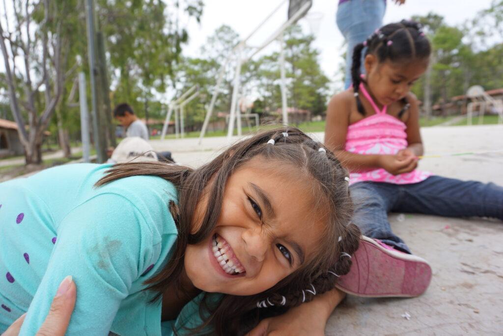 Lachendes Mädchen auf dem Rancho