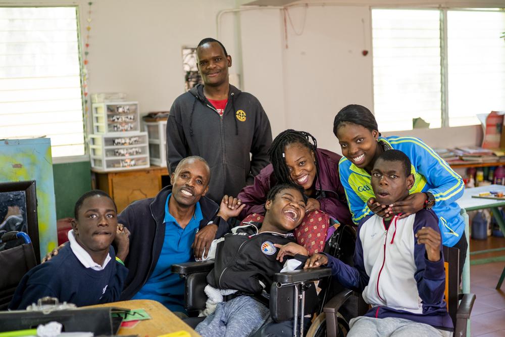 Gruppe fröhliche Kindern mit Behinderungen