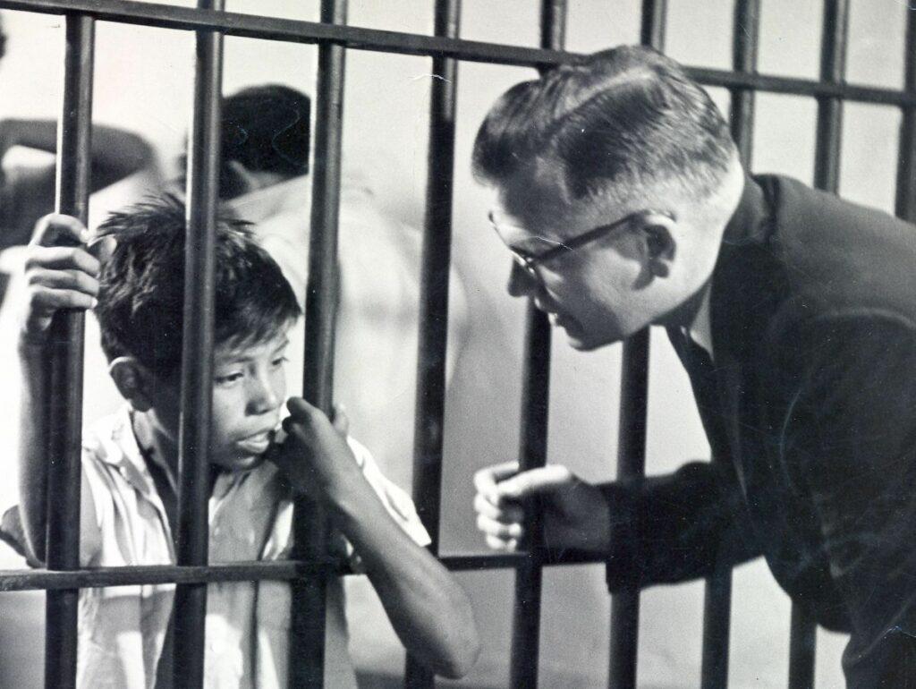 Padre Wasson während einem Besuch im Gefängnis