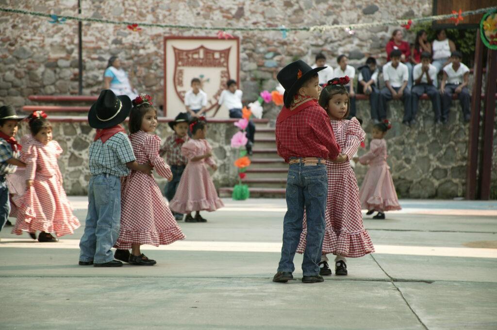 Kinder von NPH Mexiko bei einem klassischen Tanz.