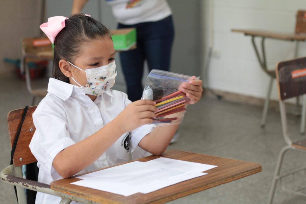 Ein Mädchen in einer Schulstunde